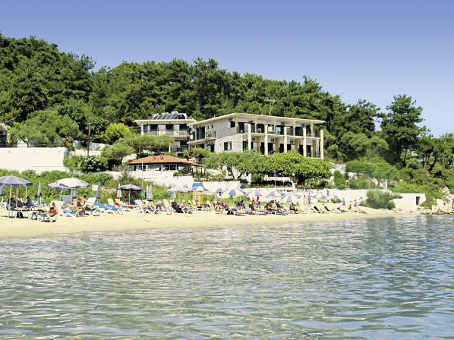 Villa Nisteri Beach сред зеленина на самия морски бряг